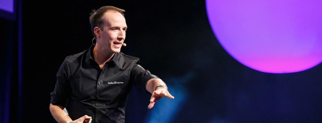 Motivationstrainer Steffen Kirchner auf der Bühne